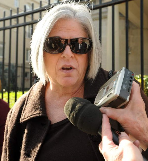 Judy Gross durante la vigilia del 28 de noviembre frente a la Sección de Intereses de Cuba en Washington.