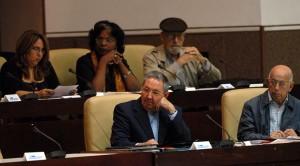 La plana mayor, encabezada por Raúl Castro, escucha el himno nacional.