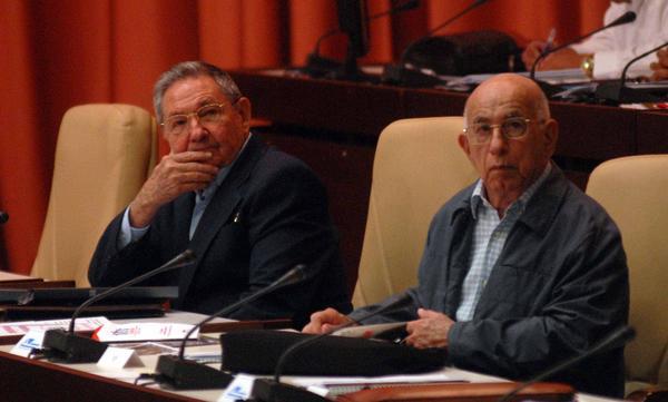 El gobernante Raul Castro y el vicepresidente primero Jose Ramon Machado Ventura (izq.) presiden el III Pleno del Comite Central del PCC