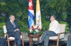 Raul Castro junto al doctor Alberto Gasbarri, que preside la delegacion de la Santa Sede.