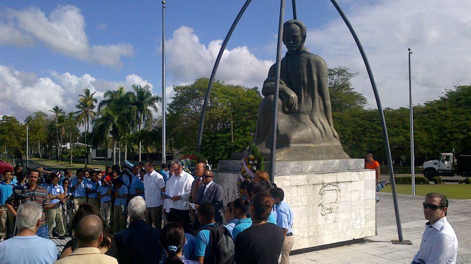 Acto organizado por la Embajada cubana frente a la estatua de Marti.