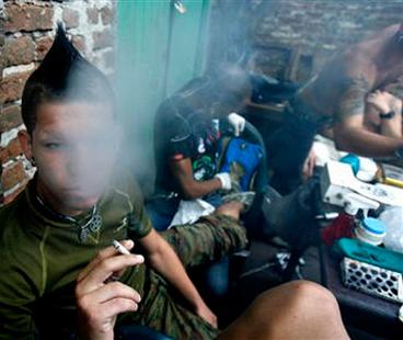 Jovenes Cubanos bajo el auge de la drogadiccion.