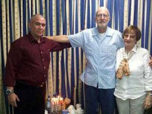 Gross junto a representantes de la Comunidad Hebrea de Cuba, el pasado diciembre.