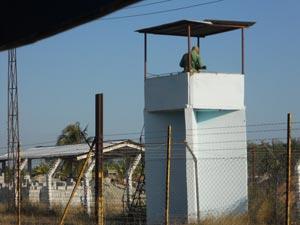 Un guardia supervisa a prisioneros en bloquera de la prisión de Melena del Sur