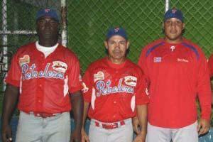 Yero (izq.) como entrenador de bateo de los Petroleros de Barinas.