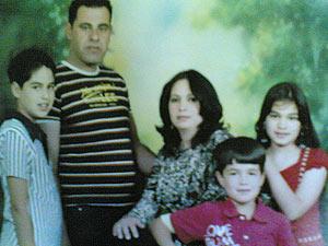 Familia Omran-Portocarrero en 2007. Kais aparece a la izquierda al lado de su padre, la madre, Niurka, en el centro.