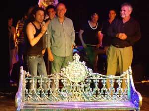 Pepe Piñeyro (al centro) en el escenario, el día del estreno en La Habana.