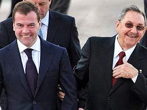 El presidente ruso, Dmitri Medvedev (izq) y el gobernante cubano Raúl Castro en Moscú