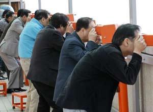 Surcoreanos miran hacia Corea del Norte desde el Observatorio de la Unificacion, en la zona desmilitariza al norte de Seul.