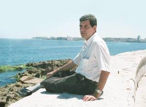 Oswaldo Payá Sardiñas en el Malecón de La Habana en 1990. Foto de Omar Rodriguez Saludes, exclusiva para CaféFuerte.
