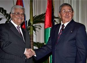 Mahmoud Abbas (izq.) saluda a Raúl Castro durante su visita a Cuba en el 2009.