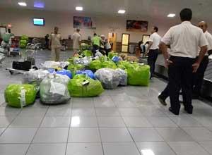 Paquetes aguardan por trámites de aduana en Cuba.