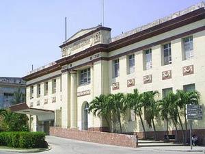 Entrada principal del hospital Calixto García en La Habana.