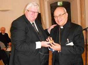 El Cardenal Jaime Ortega recibe la medalla de la Universidad Católica de de Eichstatt-Ingoldstadt de manos de su rector, el doctor Richard Schenk OP, el pasado jueves. FOTO: ESPACIO LAICAL