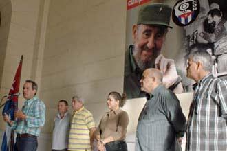 Acto de inauguración de la gigantografía de Fidel Castro en el Museo de la Revolución de La Habana.