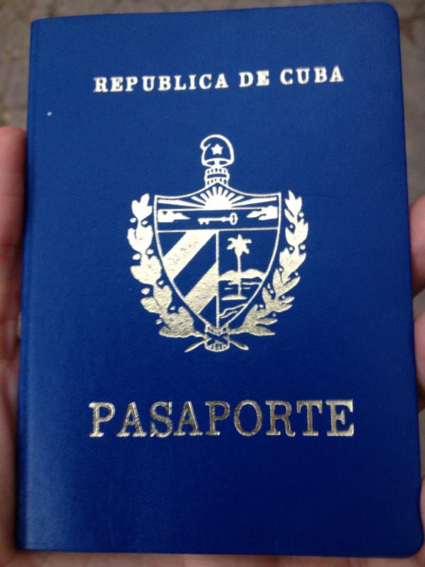 Sánchez muestra su pasaporte en una imagen difundida en Twitter.