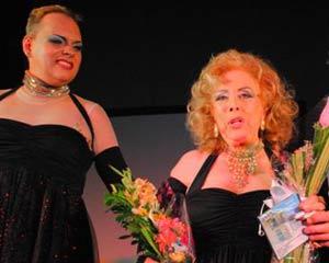 Rosita Fornés junto al actor Jean Marc Rodríguez (izq.), protagonista de la obra Rosita Fornés mi monólogo interior, al termino de una función en Matanzas, el pasado septiembre.