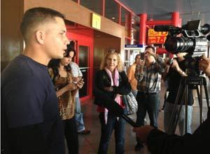 Eliecer Avila es entrevistado este sábado en el Aeropuerto Internacional Jose Marti antes de partir rumbo a Suecia.