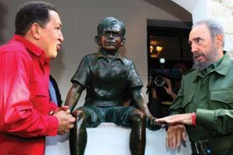 Hugo Chávez y Fidel Castro durante una visita a la casa natal del Che Guevara en Rosario, Argentina, en julio del 2006.