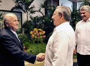 Joseph Blatter, presidente de la FIFA, recibido por Raúl Castro y el vicepresidente Miguel Díaz Canel.