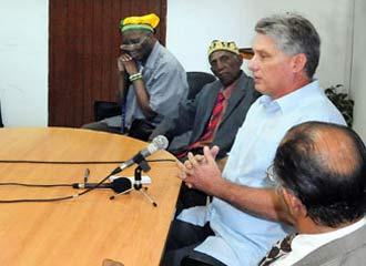 Mguel Díaz-Canel reunido con santeros en la Asociación Yoruba de Cuba. Foto: Granma