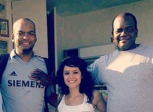 Odrisamer Despaigne (izq.) junto a su padre Francisco Despaigne y una amiga de la familia, en Viladecans, Barcelona.