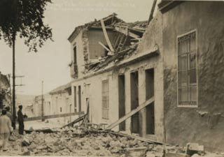 Debris_and_damage_of_a_building_on_San_Pedro_street_after_1932_earthquake.jpg
