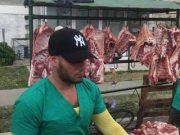 Imágenes del transeúnte cubano: Carne de cerdo al aire libre en mercado de barrio