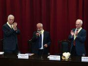 Leonardo Padura recibe doctorado honorífico en Universidad Católica de Perú